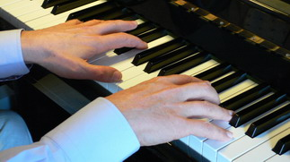 mains sur piano
